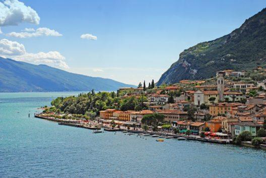 Der Gardasee ist mit einer Fläche von 368 Quadratkilometern der grösste See Italiens. (Bild: © Bartek Lichocki - shutterstock.com)