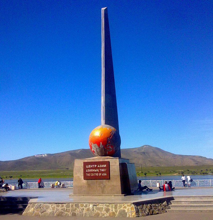 """Wahrzeichen von Kysyl ist der """"Mittelpunkt Asiens"""", der durch einen steinernen Obelisken markiert wird. (Bild: Oschtan, Wikimedia, CC)"""