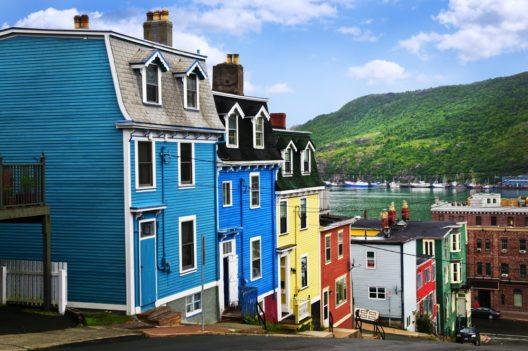 Die Stadt bietet mit ihren Strassenzügen aus bunten alten Holzhäusern und modernen Bauten aus Beton und Glas eine etwas skurrile Architekturmischung. (Bild: © Elena Elisseeva - shutterstock.com)