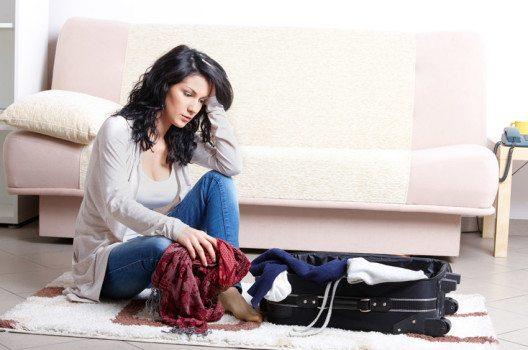 Legen Sie am besten schwerere Gegenstände auf den Boden des Koffers. (Bild: Monika- Wisniewska – shutterstock.com)