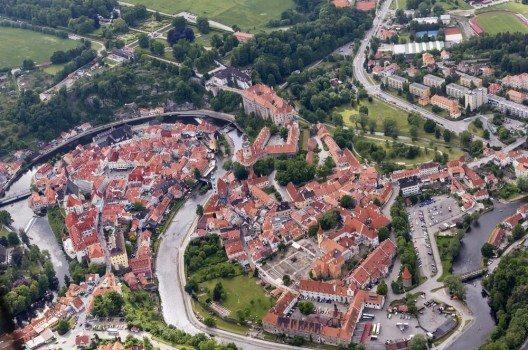 Der Fluss windet sich durch die Stadt.