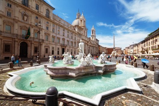 Piazza Navona einer der belebtesten Plätze Roms. (Bild: Iakov Kalinin – shutterstock.com)