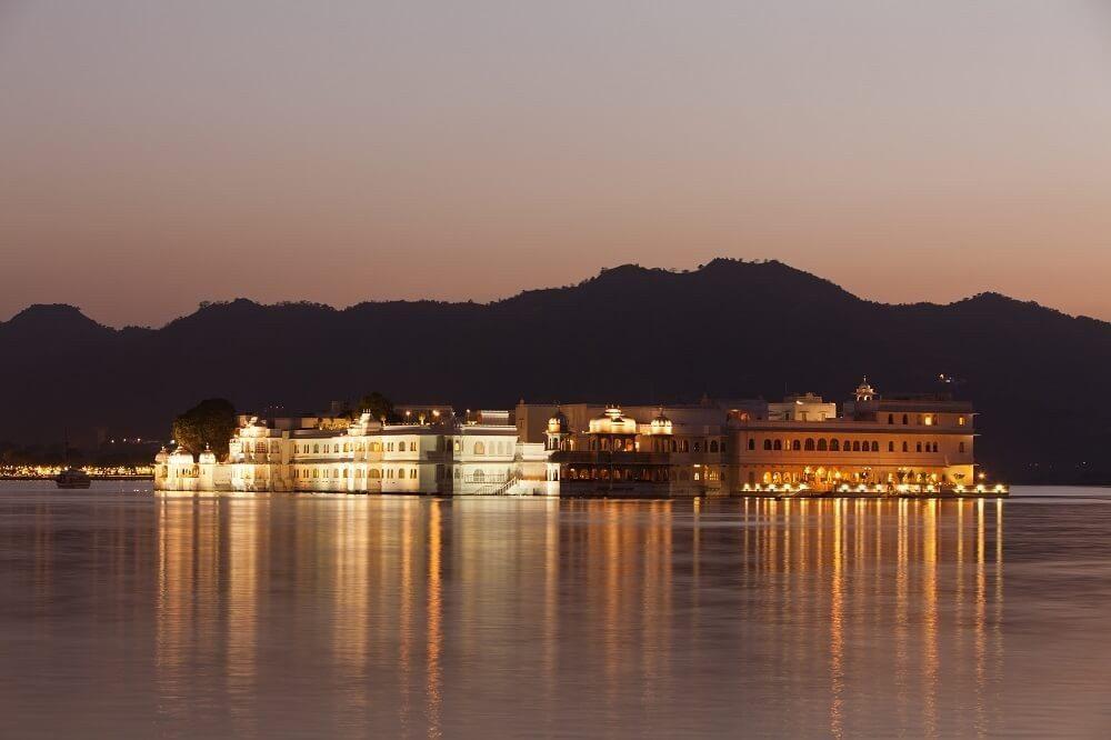 Wie ein Palast aus Tausendundeiner Nacht kommt der Taj Lake Palace im indischen Udaipur in Rajasthan daher. (Bild: © davidevison - fotolia.com)