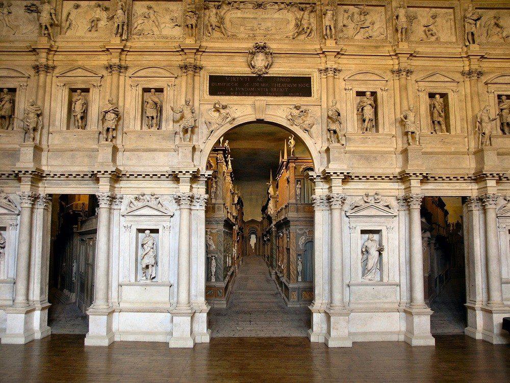 Das Teatro Olimpico orientiert sich ganz am Vorbild des römischen Theaters. (Bild: © wiki.org)