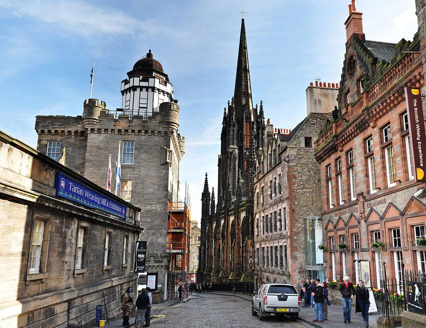 Castle Hill in Edinburgh – links The Scotch Whisky Experience.  (Bild: Farwestern, Wikimedia, CC)