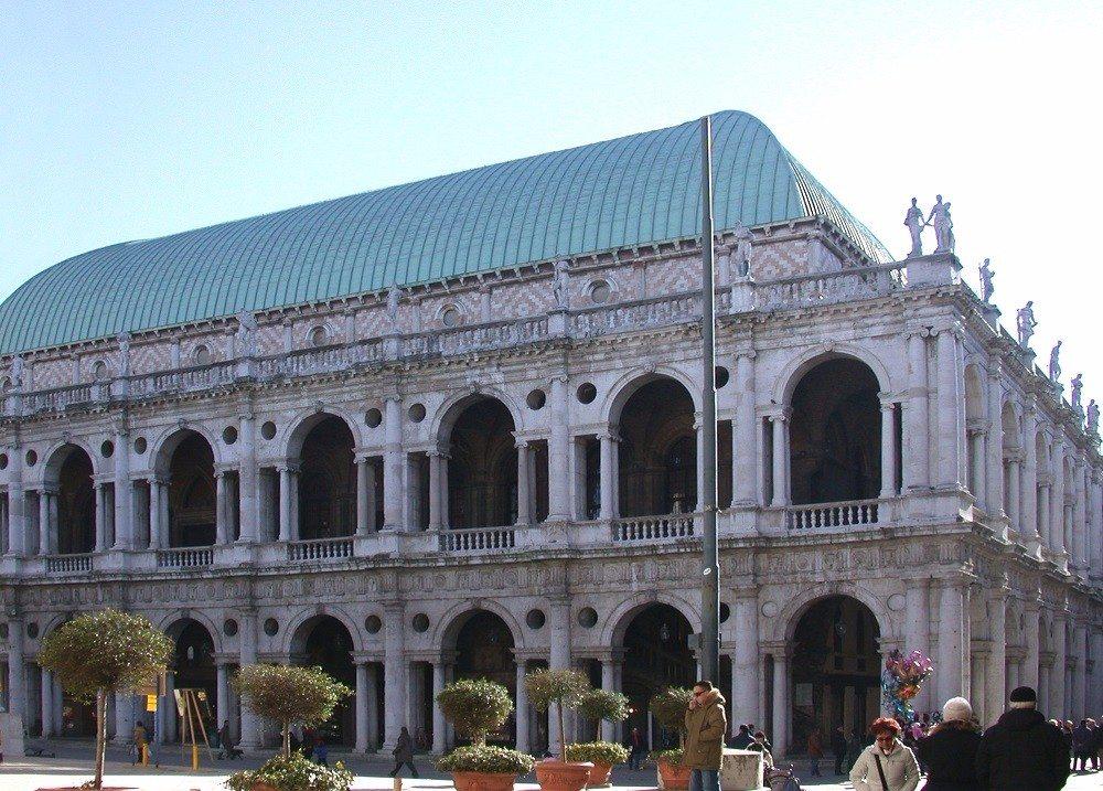 Die Basilica Palladiana ist eine der bekanntesten Sehenswürdigkeiten von Vicenza. (Bild: © AlMare - CC BY-SA 3.0)