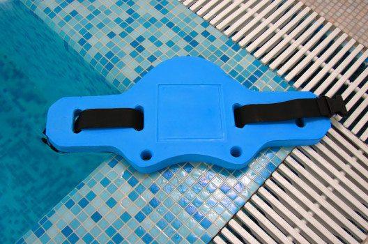 Jogging-Gürtel ist das klassische Hilfsmittel zur Durchführung von Aqua-Jogging. (Bild: Pashin Georgiy – shutterstock.com)