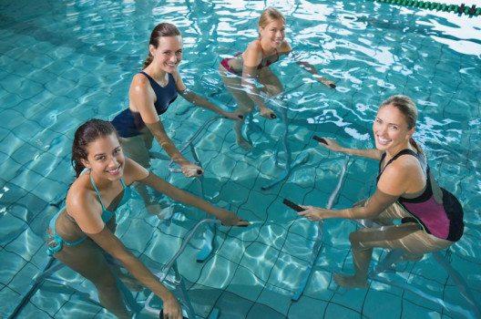 Aqua-Training stärkt Bauch, Beine und Po. (Bild: wavebreakmedia – shutterstock.com)