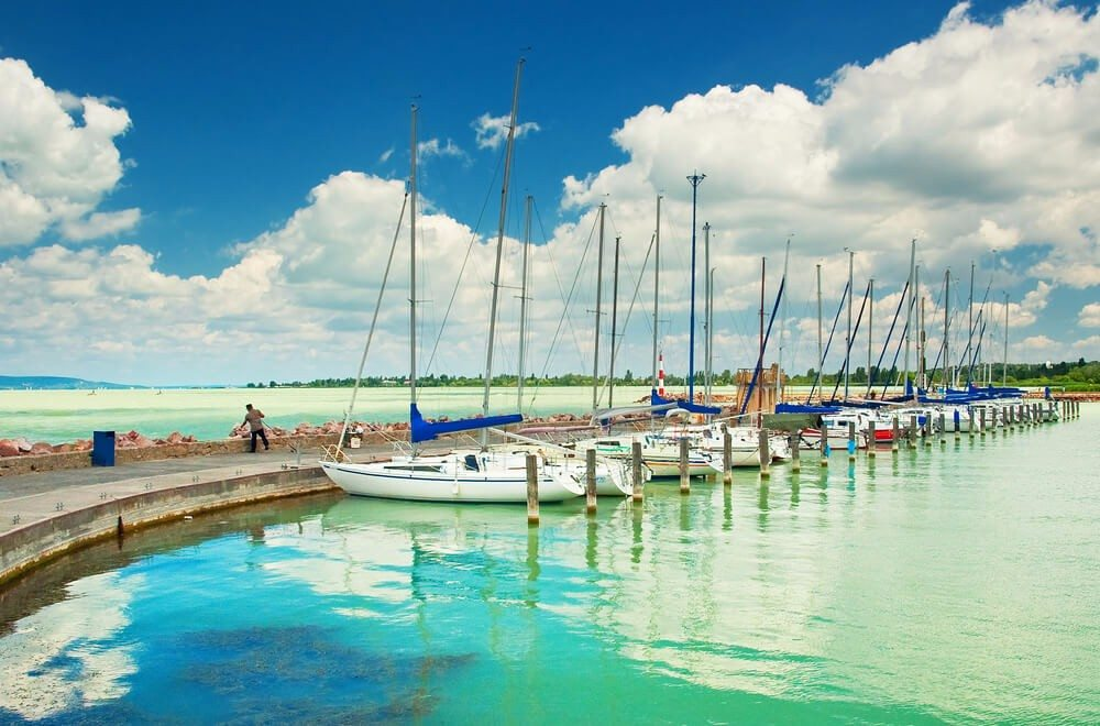 Der westungarische Balaton hat eine Fläche von 594 Quadratkilometern und zählt zu den grössten Seen in Europa. (Bild: © Botond Horvath - shutterstock.com)
