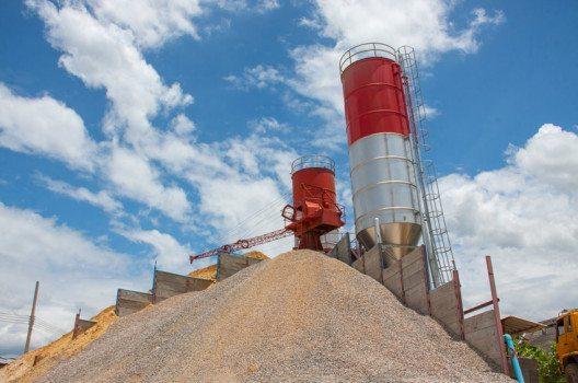 Stahlbeton besteht zu rund zwei Dritteln aus Bausand. (Bild: chartcameraman – shutterstock.com)