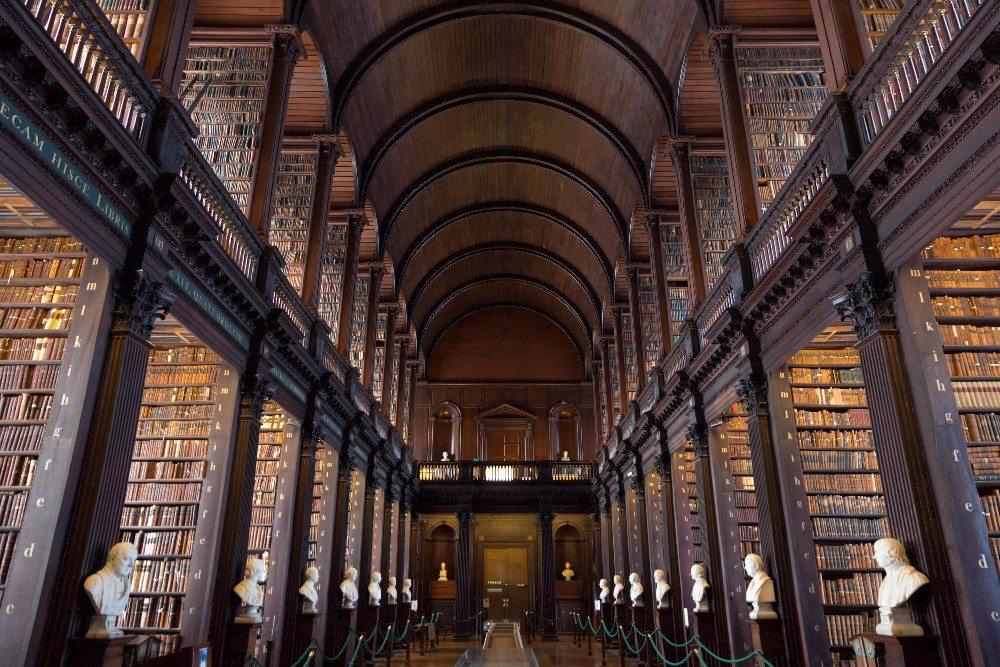 Die Alte Bibliothek mit dem Long Room und dem berühmten Book of Kells (Bild: © VanderWolf Images - fotolia.com)