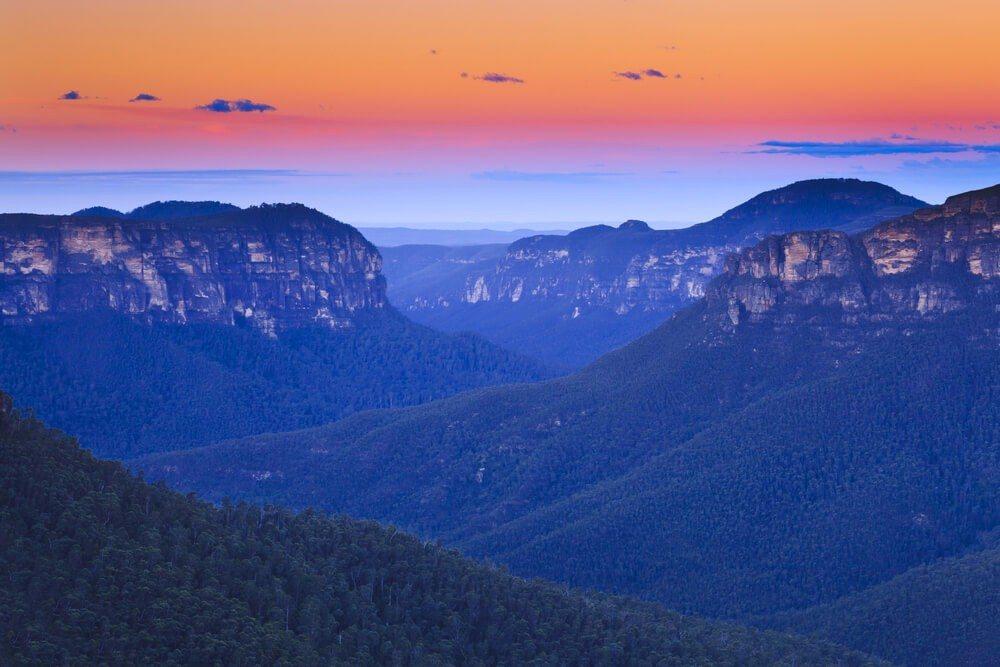 Dank dieser blauen Dunstwolke erhält die Berglandschaft ihr eigenes, fast mystisch wirkendes Antlitz. (Bild: © Taras Vyshnya - shutterstock.com)