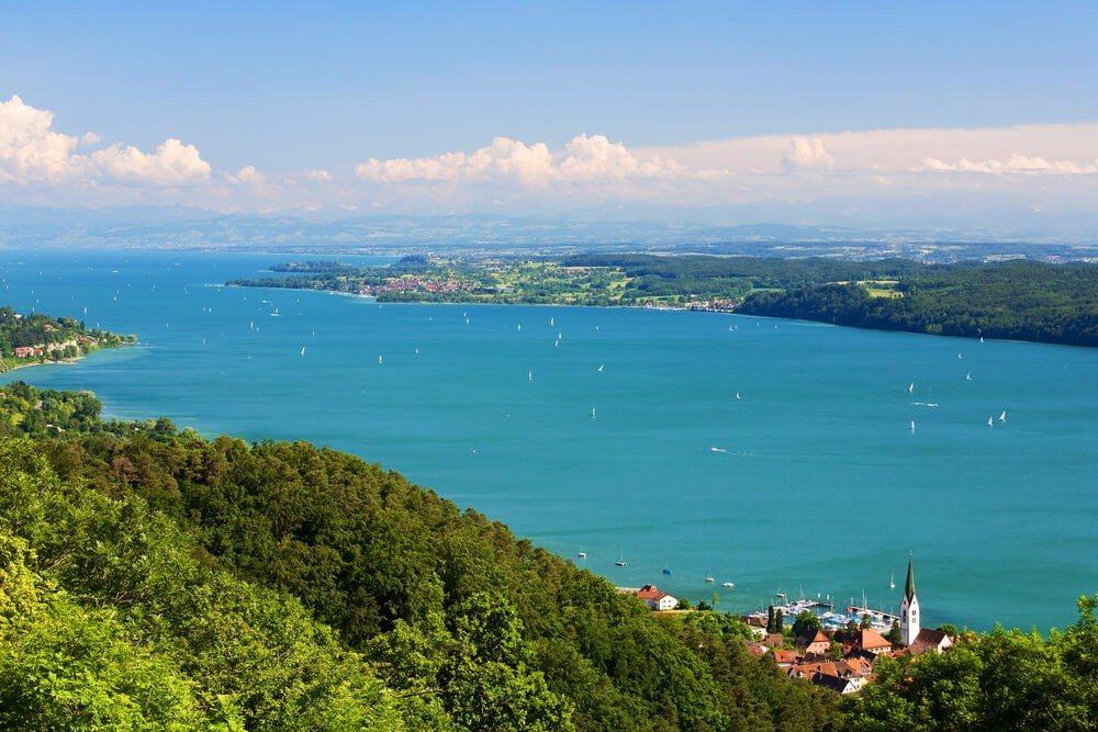 Mit Deutschland, Österreich und der Schweiz grenzen gleich drei Länder an das Ufer des Bodensees. (Bild: © GorillaAttack - shutterstock.com)