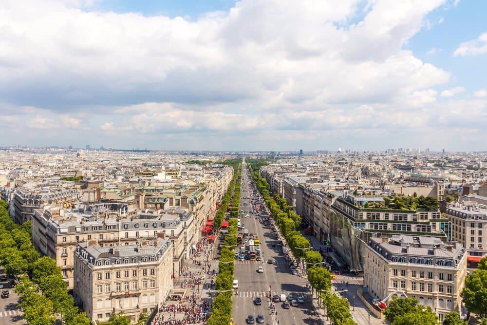 An den Champs-Élysées findest Du die grossen Namen wie Chanel, Dior oder Cartier. (Bild: © pichetw - shutterstock.com)
