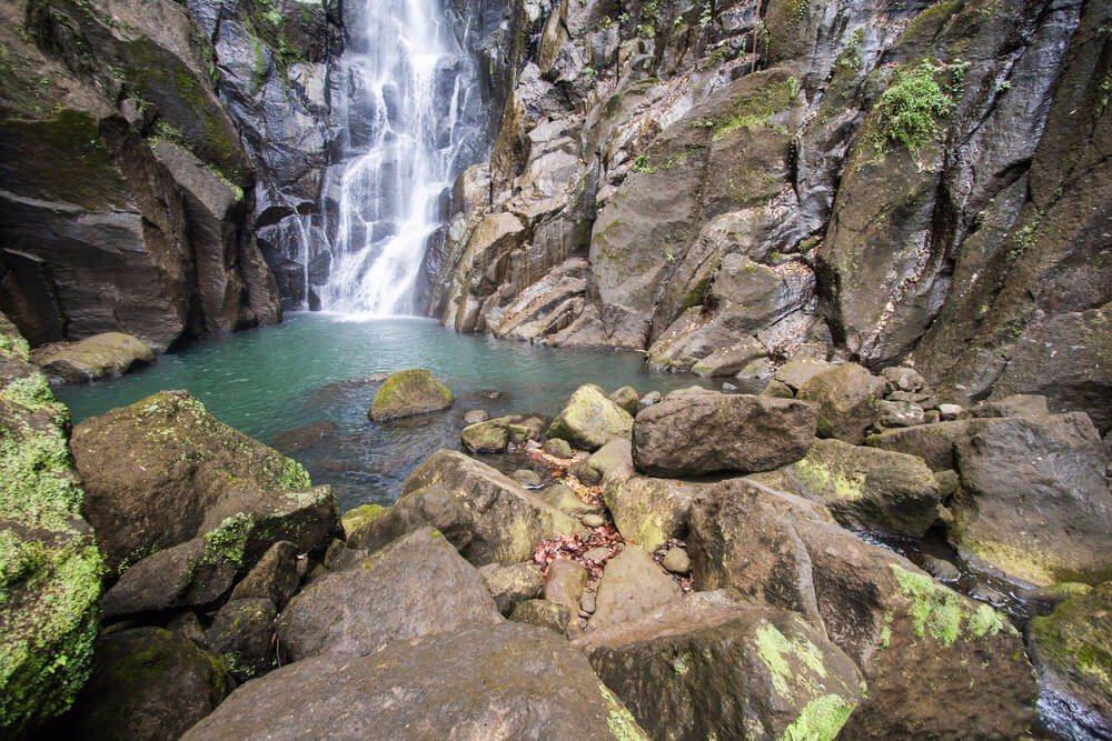 """Besonders sehenswert ist der """"Emerald Pool"""": ein Wasserfall, der in eine Felsgrotte stürzt und ein natürliches Wasserbassin bildet. (Bild: © Gerardo Borbolla - shutterstock.com)"""