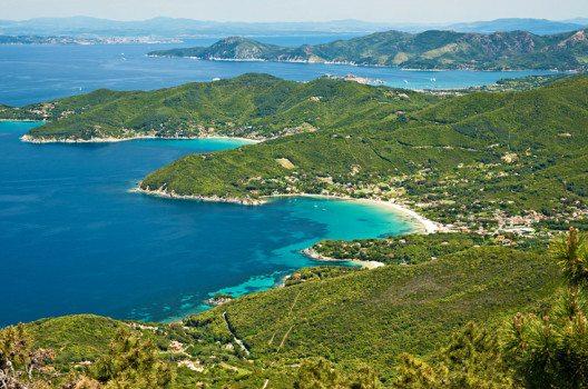 Elba ist mit ihren zahlreichen Buchten ist ein beliebtes Ziel von Ausflüglern und Wanderern. (Bild: Luciano Mortula – shutterstock.com)