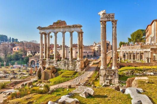 Gegenüber des Kolosseums liegt das Forum Romanum. (Bild: S.Borisov – shutterstock.com)