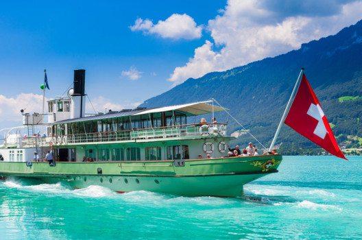 Schiff fahren am Brienzersee (Bild: cdrin – shutterstock.com)