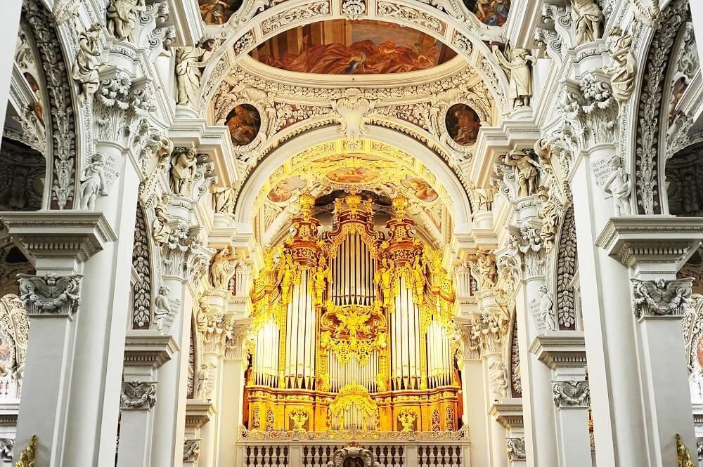 Das imposanteste Bauwerk der Altstadt ist zweifelsohne der Dom Sankt Stephan. (Bild: © joyfull - shutterstock.com)