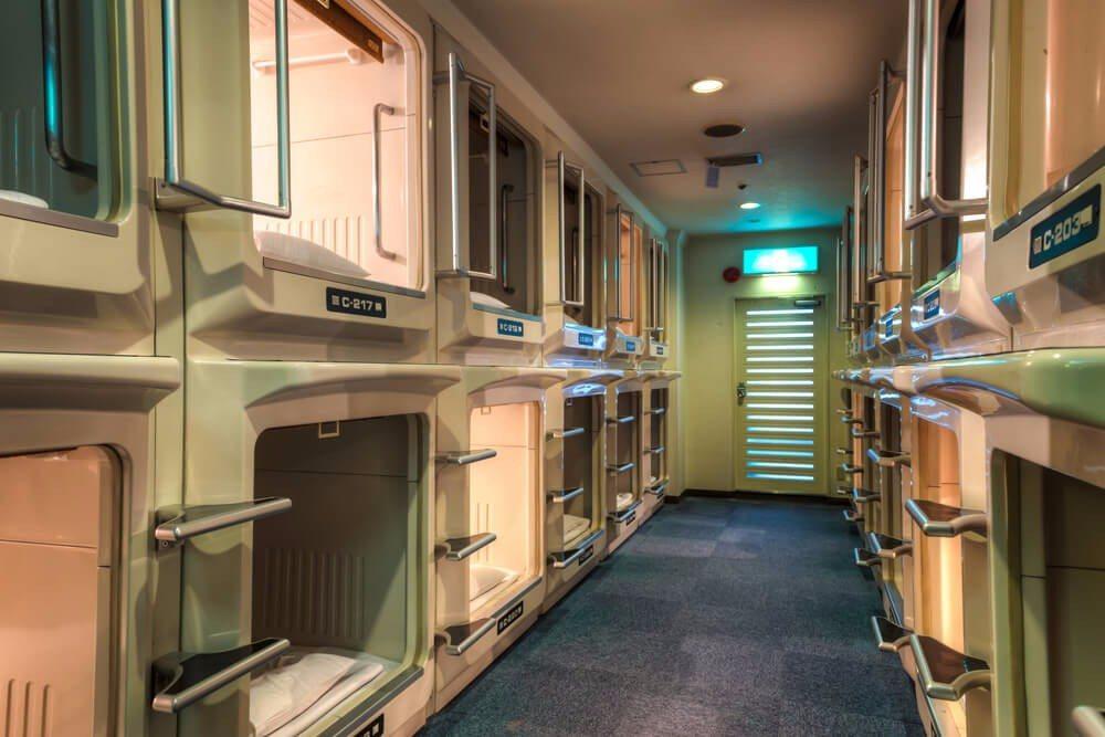 Besonders in Japan sind die Kapselhotels in grossen Städten häufig zu sehen. (Bild: © Vincent St. Thomas - shutterstock.com)