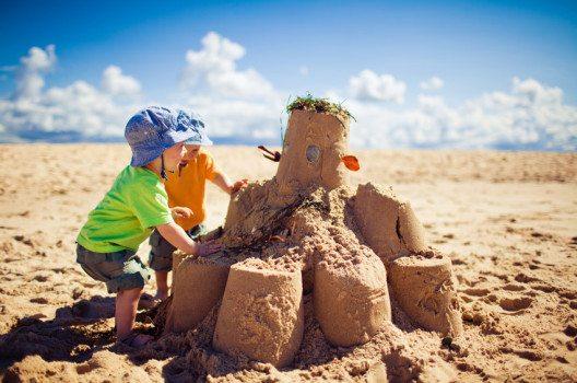 Sand – Erinnerungen an die Kindheit und Ferien am Meer. (Bild: Martin Valigursky – shutterstock.com)