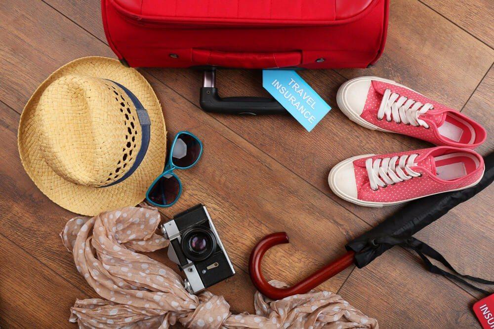 Wer will, dass der Koffer leicht ist, muss aussortieren. (Bild: © Africa Studio - shutterstock.com)