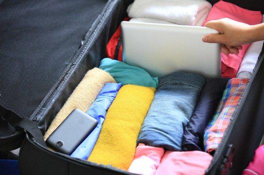T-Shirts, Tops und Krawatten lassen sich ganz einfach rollen und sparen so eine Menge an Platz ein. (Bild: lzf – shutterstock.com)