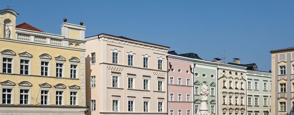 Das hervorstechende Merkmal des Salzach-Stil ist die hochgezogene Frontfassade. (Bild: © Zyankarlo - shutterstock.com)