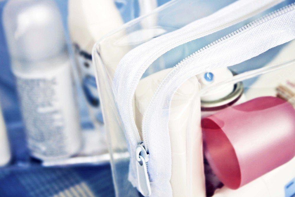 Welche Mengen an Flüssigkeiten und Kosmetika dürfen mit? (Bild: © Pixelot - fotolia.com)