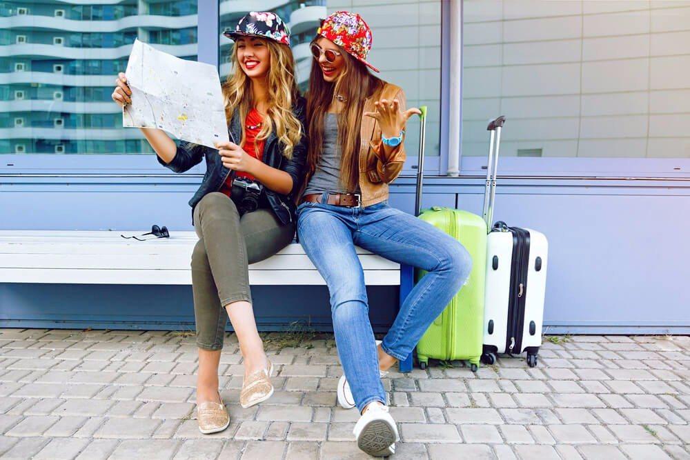 Ein Koffer, der sich bequem rollen lässt, muss nicht die ganze Zeit getragen werden. (Bild: © Ann Haritonenko - shutterstock.com)