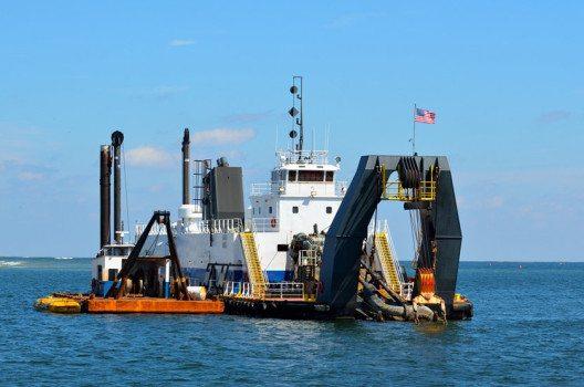 Ein Grossteil der Sandnachfrage wird durch Gewinnung von Bausand am Meeresgrund gedeckt. (Bild: Paul Brennan – shutterstock.com)