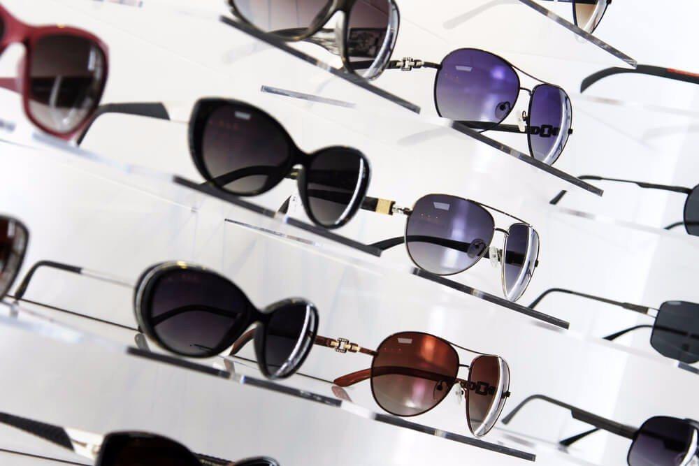 Bei einigen Optikern kannst Du prüfen lassen, ob Deine Sonnenbrille UV-Strahlen absorbiert. (Bild: © ronstik - shutterstock.com)
