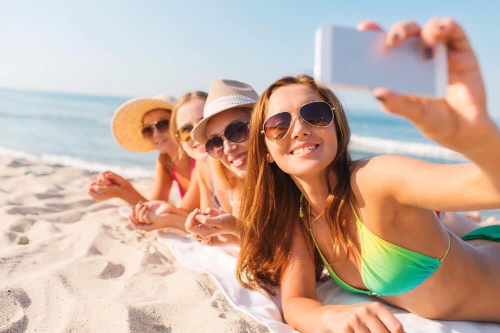 Braune Gläser filtern besonders das Blaulicht und sorgen für einen angenehm warmen Farbton. (Bild: © Syda Productions - shutterstock.com)