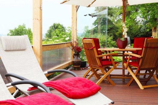 Wichtig bei der Einrichtung der Terrasse ist vor allem die Auswahl funktionaler und ästhetischer Möbel. (Bild: fotoknips – shutterstock.com)