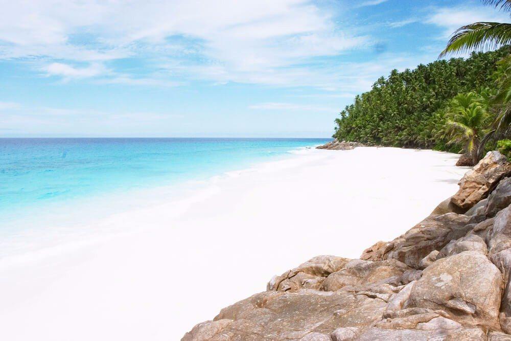 Klein, mit versteckten Buchten und pulverweichen Sandstränden, so sieht sie aus, die perfekte Insel für Piraten. (Bild: © Paul Cowan - shutterstock.com)