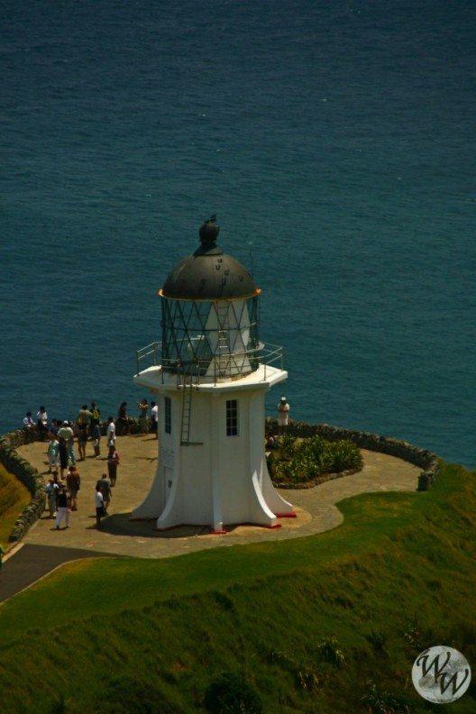 Vom Leuchtturm am Cape Reinga gibt es einen Blick entlang der Küste.