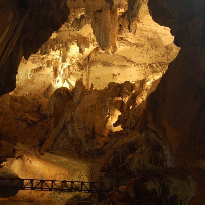 Tropfstein-Korallen verleihen dem Wind Cave ein geradezu mystisches Aussehen. (Bild: Chow Shue Ma – shutterstock.com)
