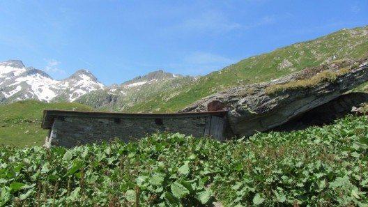 Die Gana-Hütte liegt auf 2234 Metern und wurde an mächtige Felsen gebaut. (Bild: © Sabine Itting)