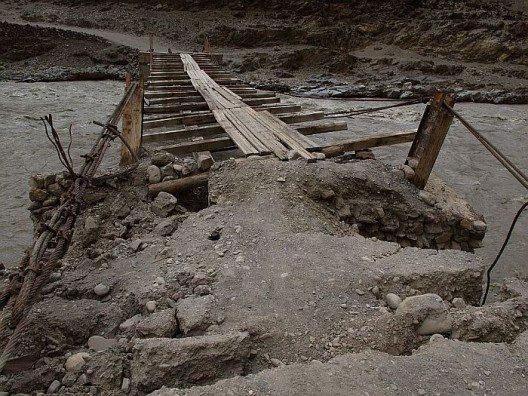 Zerstörte Brücken und immer wieder verschüttete Wege begleiten uns auch an diesem Tag.
