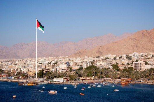 Heute ist Aqaba eine lebhafte Hafenstadt und gleichzeitig ein touristisches Zentrum am Roten Meer. (Bild: © Martin Dworschak - shutterstock.com)