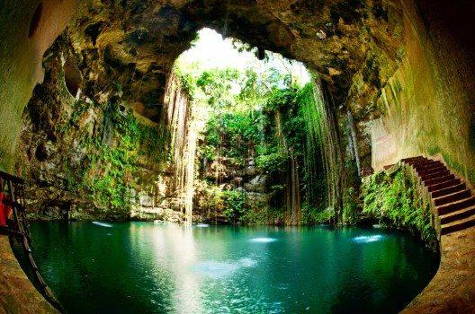 In Yucatán gibt es die berühmten Cenoten, mit Wasser gefüllte Höhlen. (Bild: © Subbotina Anna - shutterstock.com)
