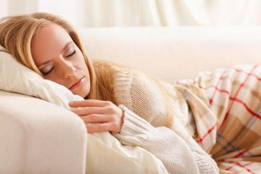 Eine Möglichkeit der Unterkunft ist das Couchsurfen. (Bild: © Vasiliy Koval - shutterstock.com)