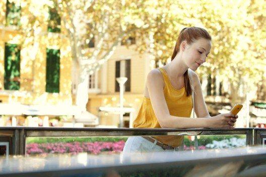 Nutzen Sie Social Media, um sich einen Reisepartner zu suchen oder Tipps für Alleinreisende zu holen. (Bild: © MJTH - shutterstock.com)