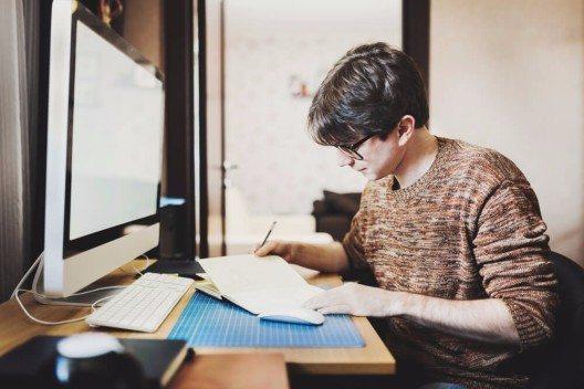Mit deinem ortsunabhängigen Business kannst du dir sogar ein komplettes Digitalnomadenleben aufbauen. (Bild: © Kostenko Maxim - shutterstock.com)