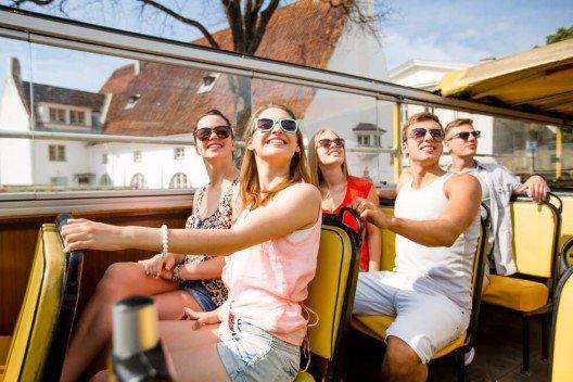Buchen Sie doch einfach für den Anfang eine Gruppenreise. (Bild: © Syda Productions - shutterstock.com)