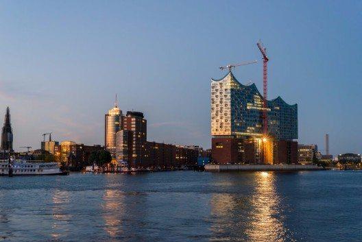 Auch bei der Elbphilharmonie sind Verzögerungen und Kostenexplosion ein ständiges Thema. (Bild: © ksl - shutterstock.com)