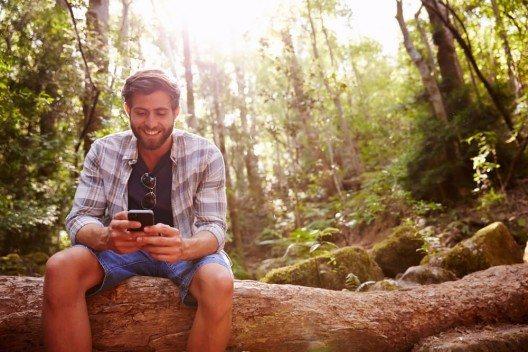 Wenn du länger in einem Land bist, dann lohnt sich eine einheimische SIM-Karte. (Bild: © Monkey Business Images - shutterstock.com)