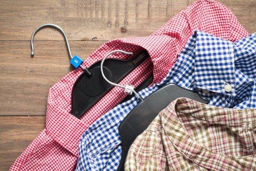 Die oberste Lage bilden alle Kleidungsteile, die knitteranfällig sind. (Bild: © Tom Gowanlock - shutterstock.com)