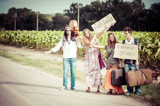Das Trampen als Fortbewegungsmittel war bei Hippies sehr beliebt. (Bild: Riccardo Piccinini – shutterstock.com)