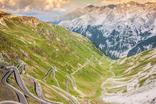 Eine Fahrt auf der traditionsreichen Route mit ihren zahllosen Schleifen ist ein Erlebnis für sich. (Bild: © Lukasz Janyst - shutterstock.com)
